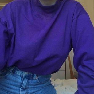 Såå häftig retro lila tröja som jag använt som oversize. Luktar lite unket som inte går att få bort men tänker aldrig på de. Köparen står för frakt! ☔️