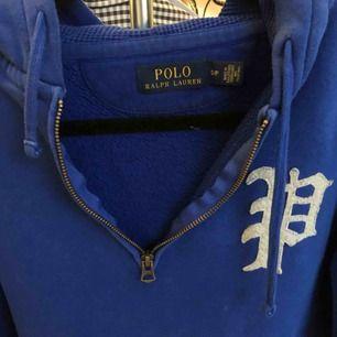 En blå Ralph Lauren tjocktröja i bra skick! Köparen står för eventuell frakt (50kr), annars kan jag mötas upp i Helsingborgsområdet.
