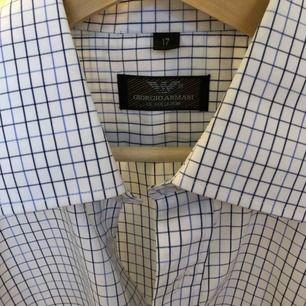 En rutig Armani skjorta. Perfekt skick! Köparen står för eventuell frakt (50kr), annars kan jag mötas upp i Helsingborgsområdet.
