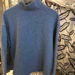 En basic grå styv tröja från Cos i bra skick. Köparen står för eventuell frakt (50kr), annars kan jag mötas upp i Helsingborgsområdet.