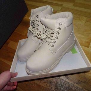 Helt nya skor,aldrig använda! Säljes pga fel storlek (dom är fodrade) 300kr och jag bjuder på frakten!