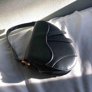Säljer min dior inspirerade väska från Crossbody! Aldrig använd och fortf i nyskick. Den är skitfin men skulle passa hos en ägare som vet hur man ska styla den❤️ Nypris var 599kr