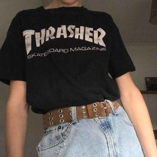 Supersnygg vintage ÄKTA Thrasher t-shirt. Den har slitningar utöver tröjan. Skriv för fler bilder.