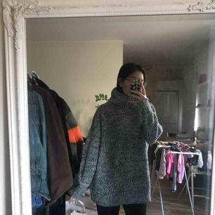 Superskön stickad tröja från Gina Tricot. Sparsamt använd. Tog en större storlek så jag kunde använda den med tights.