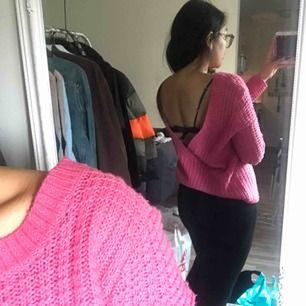 Superfin rosa stickad tröja från Nelly! Perfekt till våren. Den är djup i ryggen.
