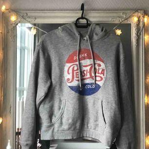Cropped hoodie med luva. Från H&M och inköpspriset var 199kr.   Köparen står för frakt! Tar swish