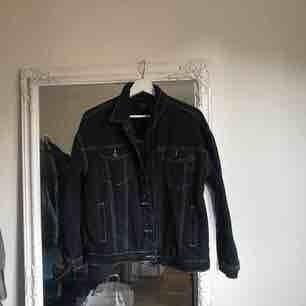 Supersnygg Jeansjacka med synliga sömmar. Köpt förra våren och använt den supersällan. Den är skitsnygg o behöver ett nytt hem