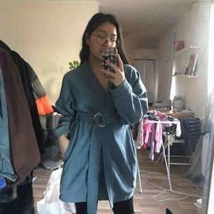 Supersnygg kimono i jeans. Köpt på Bikbok i deras Never Denim kollektion. Den är asnice men endast använt den 2 gånger
