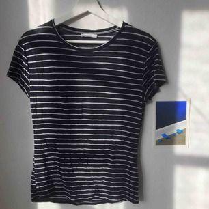 Superfin marinblå t-shirt från Zara, med tunna vita ränder. Lite genomskinlig (syns på bild 2), och stretchig, passar lätt XS-M. Perfekt till våren/sommaren!