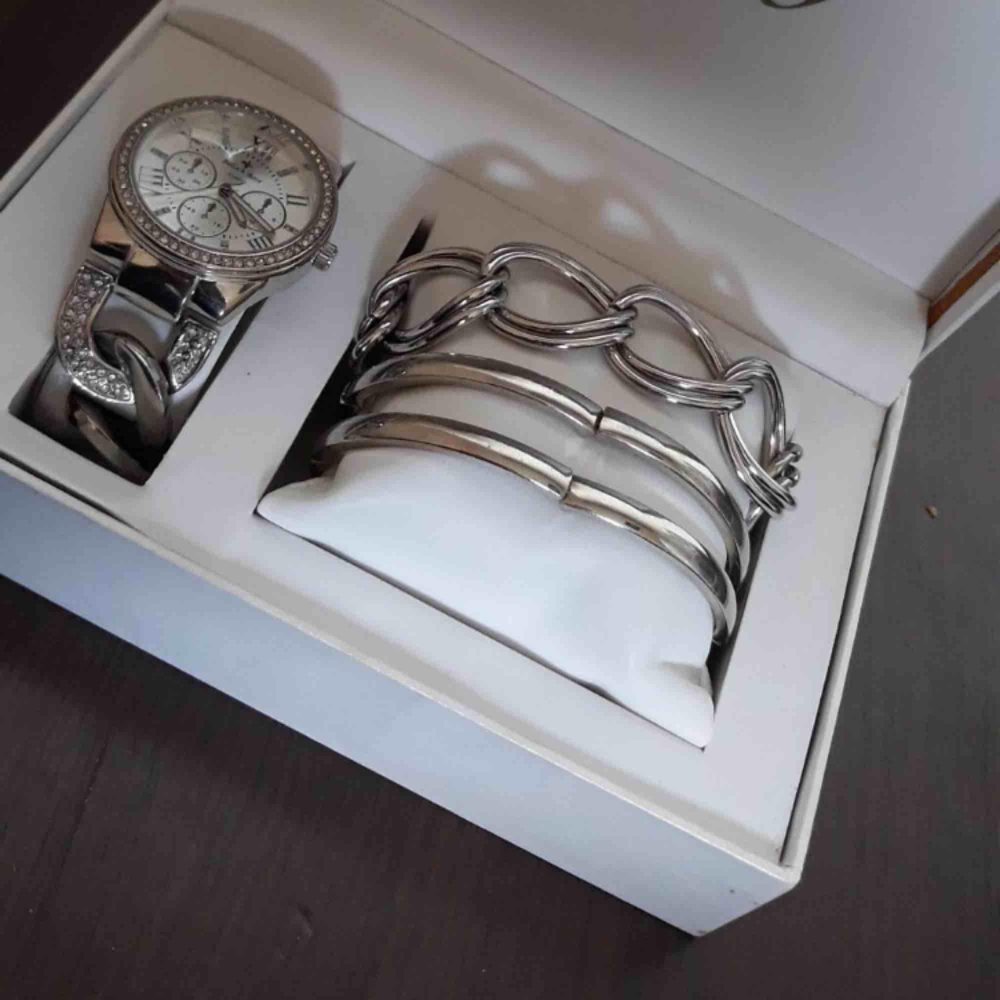 Denna klocka är köpt utomlands för 500kr, den är i bra skick, den fungerar än. Ingen större skada, armbanden medföljer🥰.  200 eller högst bud😉. Accessoarer.