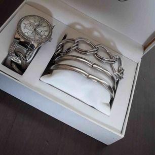 Denna klocka är köpt utomlands för 500kr, den är i bra skick, den fungerar än. Ingen större skada, armbanden medföljer🥰.  200 eller högst bud😉