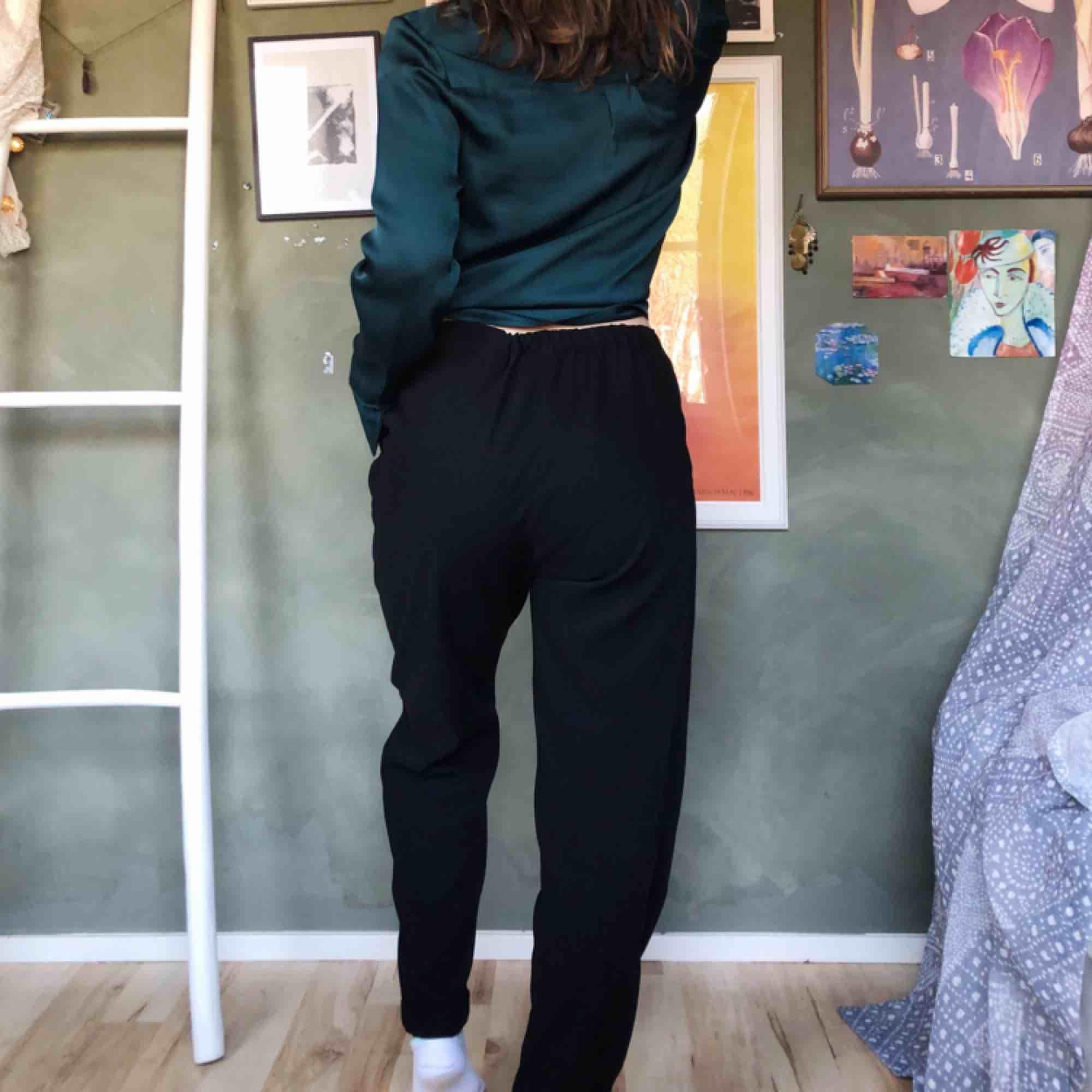 Svarta Kostymbyxor från monki, som tyvärr blivit lite för stora för mig. Ganska höga i midjan & perfekt längd i benen för mig som är ca 1,65. 💫 i perfekt skick! Frakt 50kr🥰. Jeans & Byxor.
