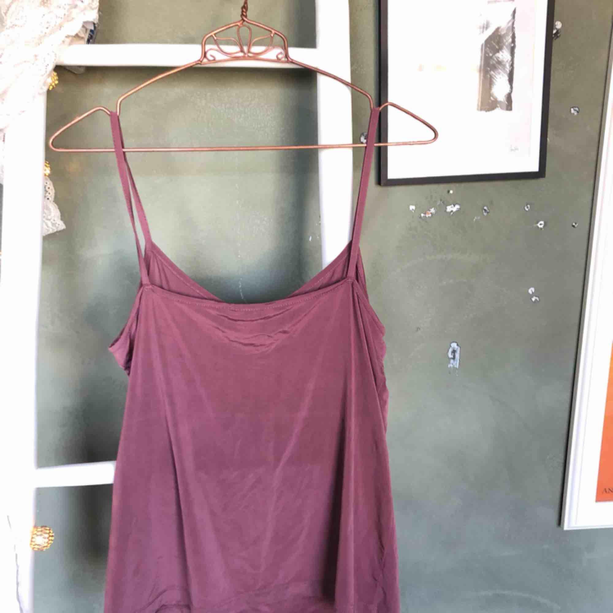 V-ringat gammalrosa linne från monki i såå fint & skönt material. Märkt strl XS, men det är väldigt stretchigt så skulle säga att d passar upp t storlek Medium🥰frakt 50kr. Toppar.