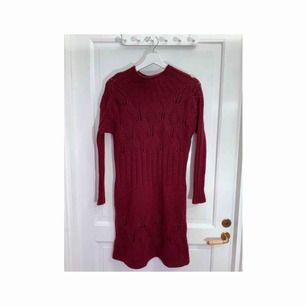 Vacker vinröd handstickad klänning i ull. Frakt: 72:-