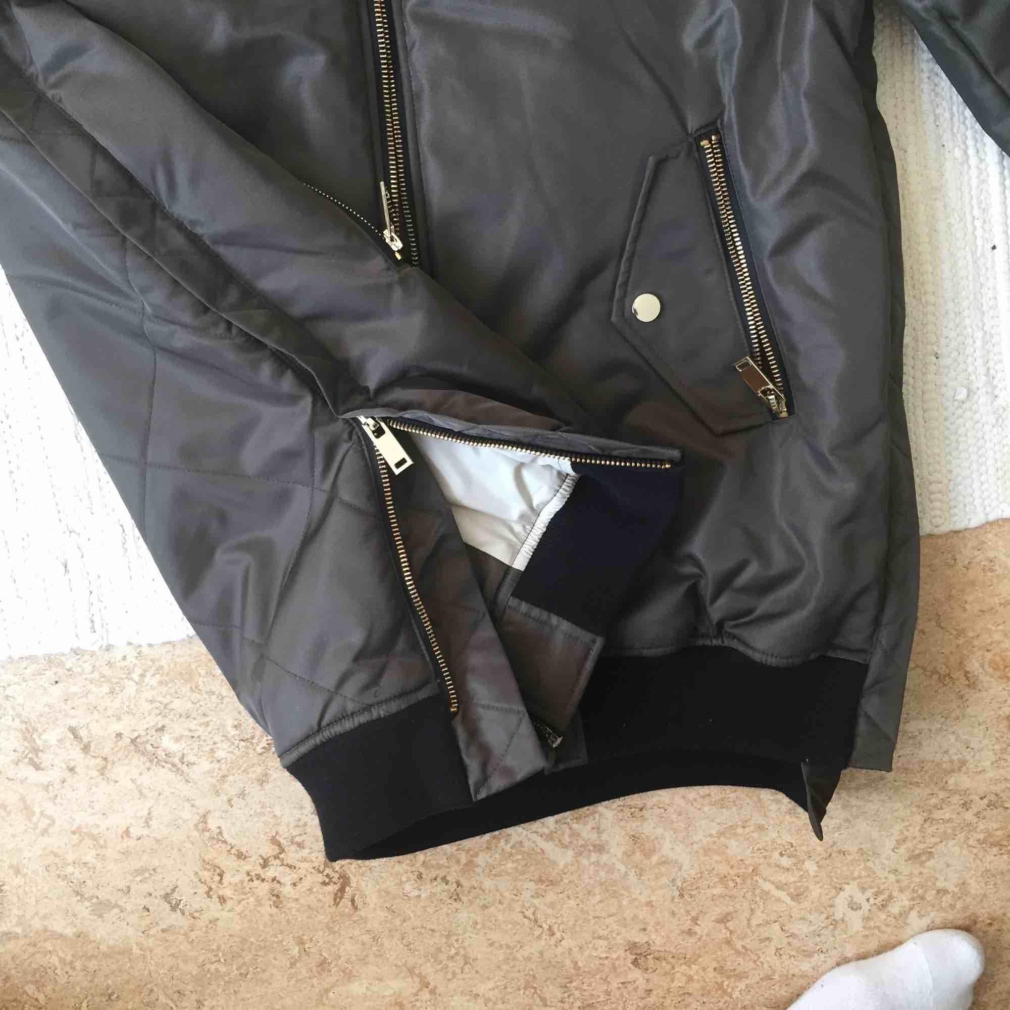 Snygg grön-grå bomberjacka från Zara. Rutat mönster på ryggen & gulddetaljer/gulddragkedja. Storlek M och den är lite oversized. Säljer för att jag aldrig använder den. Köparen står för frakt. Skriv om du har någon fråga :). Jackor.