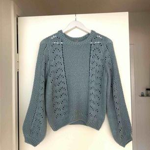 Helt oanvänd stickad tröja, superfint skick.  Kan mötas upp i Göteborg eller skicka. Köparen står för frakt.