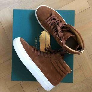Fantastiska Buscemi sneakers i brun mocka med heel zip. Nypris 920€, använda 2 gånger.