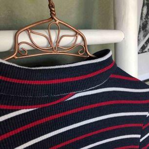 Randig polo från urban outfitters Cooperative🌼Märkt strl XS men passar även S och i felfritt skick. Lite kortare i modellen. Frakt 50kr💫