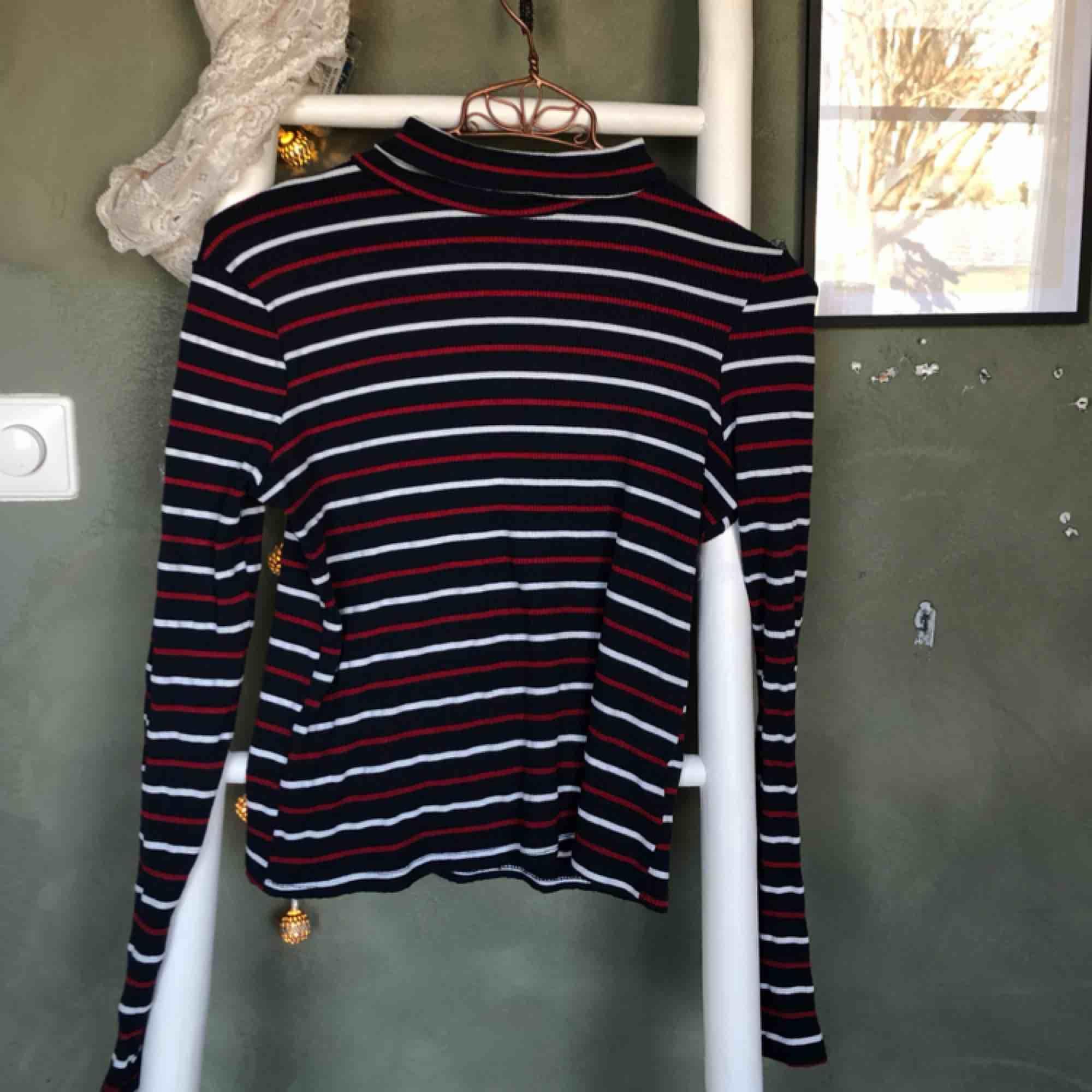 Randig polo från urban outfitters Cooperative🌼Märkt strl XS men passar även S och i felfritt skick. Lite kortare i modellen. Frakt 50kr💫. Toppar.
