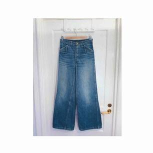 Vintage highwaist & vida jeans från 70-talet. De har några mindre skönhetsfel. Omkrets i midjan: 73 cm. Frakt: 72:-