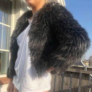 Skitsnygg fake päls jacka. Går att styla upp hur som helst, enligt mig lite unik och nice.