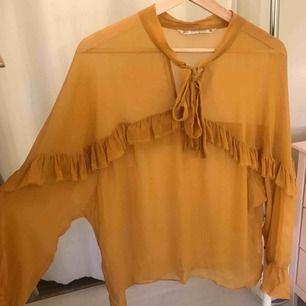 Fin transparent, senapsgul blus från Zara, knappt använd och är i fint skick!