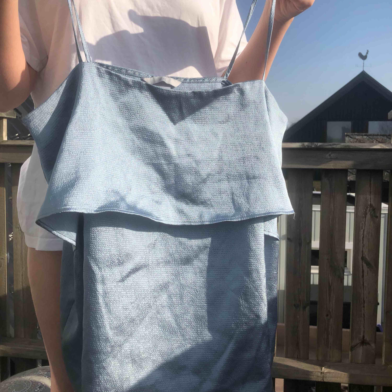 Glansigt o himmelsblått linne från H&M men hade lätt kunnat va från Gucci jao, stylar helst upp med tröja under men går ju att göra hur som helst  Knappt använt . Blusar.