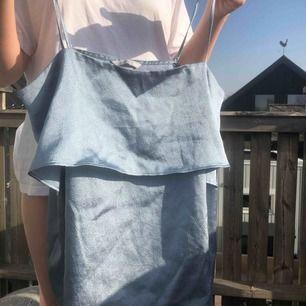 Glansigt o himmelsblått linne från H&M men hade lätt kunnat va från Gucci jao, stylar helst upp med tröja under men går ju att göra hur som helst  Knappt använt