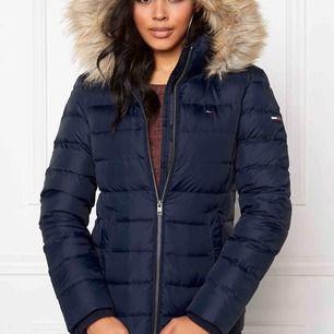 """Mycket fin jacka i storlek S, sparsamt använd. (De är en """"päls"""" med på luvan)"""