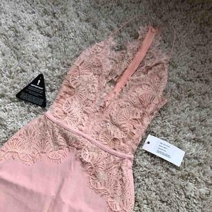 Sä himla fin babyrosa spetzklänning helt ny med lapp och allt😫😫 nypris 400kr+ (Priset kan diskuteras så va inte rädda att buda. Möts upp och fraktar, byter även)