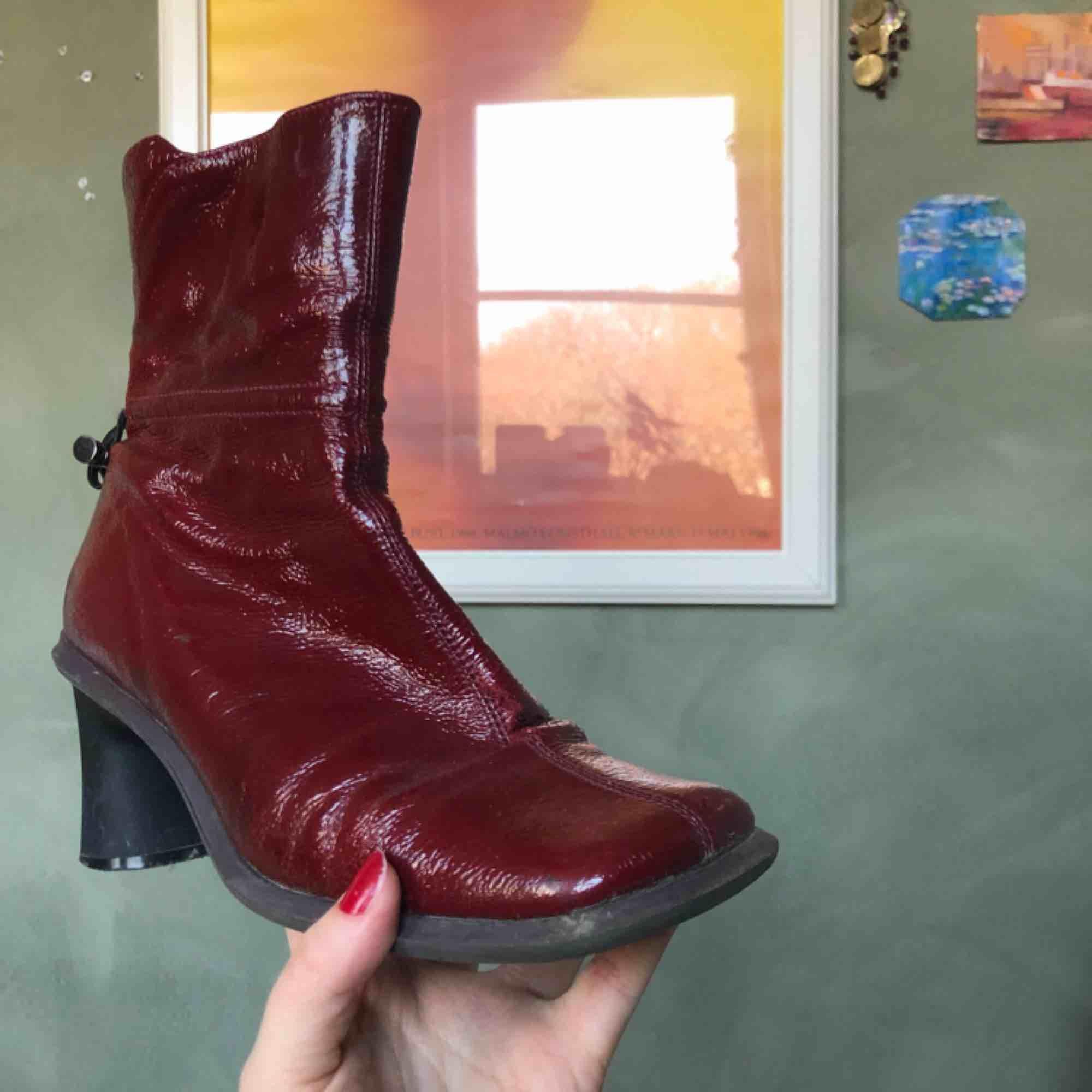 Sååå coola skor, köpta second hand💫Ganska slitna, men inga större skador! Frakt 50kr🥰. Skor.