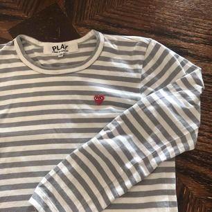 ÄKTA cdg tröja 10/10 condition! Köpt knappt använd på plick men var tyvärr för liten. Bytar gärna mot långärmad cdg i S eller M (även andra färger)