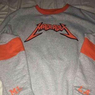 En grå sweatshirt från madlady, oversized modell så passar en XL/L också beroende på hur man vill att den ska sitta. Köparen står för fraktkostnad