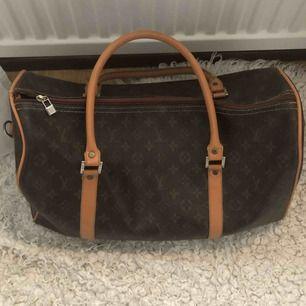 Louis Vuitton bag, stor.  Bra skick förutom axelband som är borta.