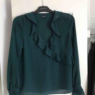 Grön blus i storlek 36/S. Använd 2 gånger. Köparen står för frakt, 39kr