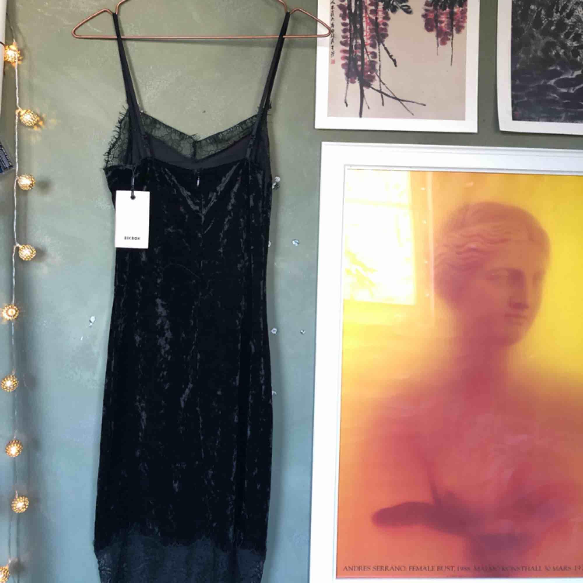 Klänning från bikbok, aldrig använd t.om prislappen kvar🥰Sammetsmaterial med spets där uppe & nere💫Strl XS/S stretchigt material . Klänningar.