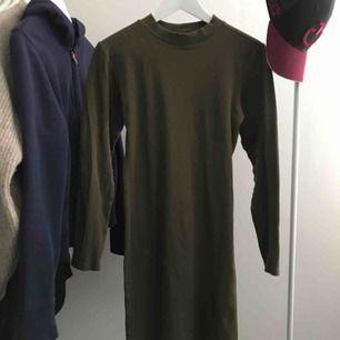 Superfin ribbad mörkgrön klänning, det är strl L på lappen men den är som en S-M!  Aldrig använd!  Frakt betalas av köparen på 36kr😊