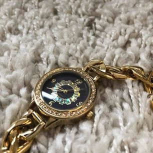 Så snygg helt ny klocka! Betala över 200kr (var it rädda för att lägga egna bud, jag möts och fraktar! Byter även)