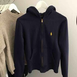 Snyggaste tröjan från Ralph Lauren, mörkblå med kul häst. Det står strl M i tröjan men den är som en xs-s.  350kr inklusive frakt!😊  Endast seriösa hör av sig, tack!☺️
