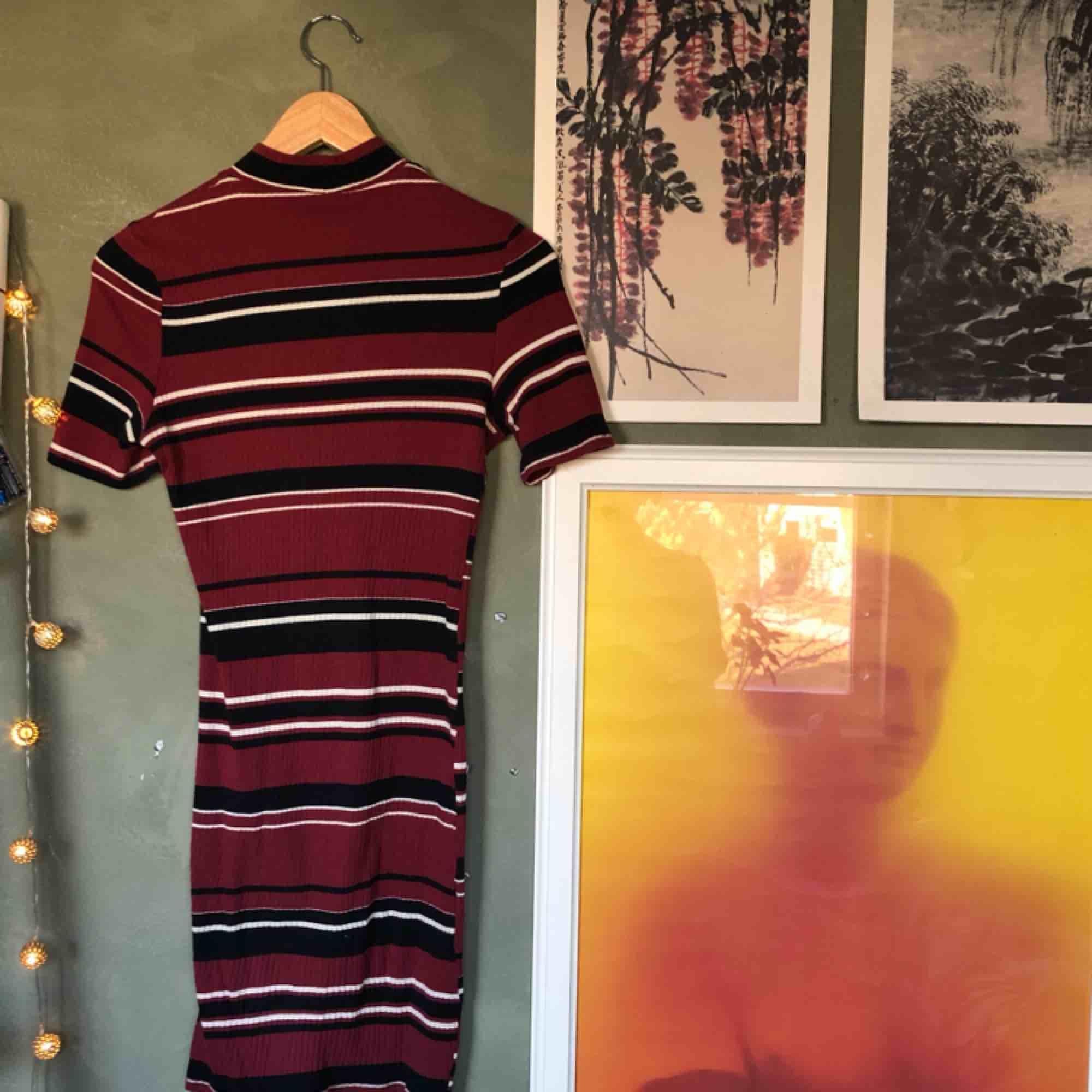 Randig kortärmad klänning från H&M. Sitter såå snyggt på! Frakt 50kr. Klänningar.