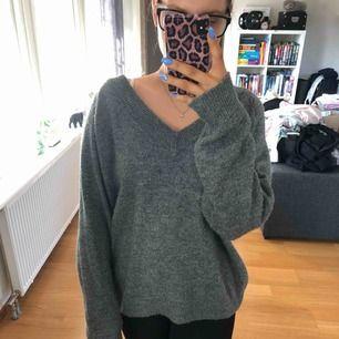 Väldigt skön tröja från hm, använd men i väldigt fint skick! Betalning sker via swish, köparen står för fraktkostnaden eventuellt om vi möts upp i Lund.