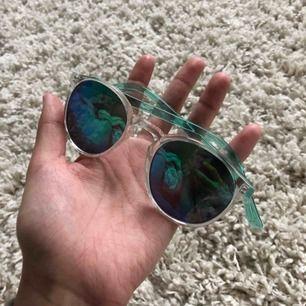 Solglasögon med spegelglas i jättefint skick  (var it rädda för att lägga egna bud, jag möts och fraktar! Byter även)