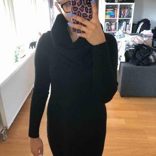 Stickad klänning från hm. Använd endast en gång. Betalning sker via swish, köparen står för fraktkostnaden eventuellt om vi möts upp i Lund.