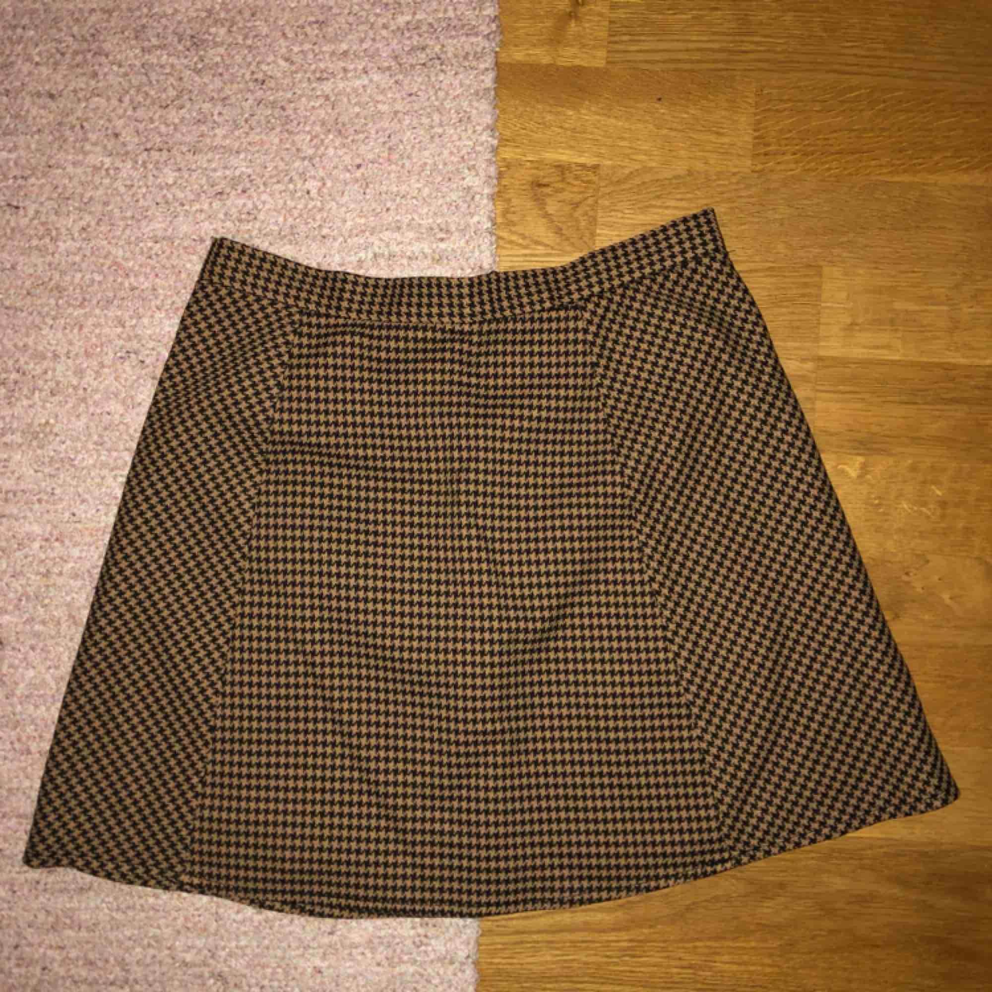 Superfin rutig kjol från monki som aldrig kommer till användning :/ frakten ingår i priset :). Kjolar.