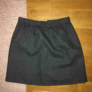 Fin och enkel grå kjol köpt second hand, frakten ingår i priset 🥰