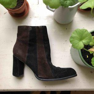 Ett par brun/svarta skor. Köpta på loppis men aldrig använda pga fel storlek. Skorna har några märken, så jag skickar gärna fler bilder om det önskas✨