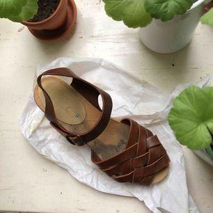 Jättefina träskor i äkta läder, gjorda i Sverige. Är så somriga! Nyköpta 500:- Använda två gånger Smörjer dem innan de skickas!✨ (Frakt ingår i priset)