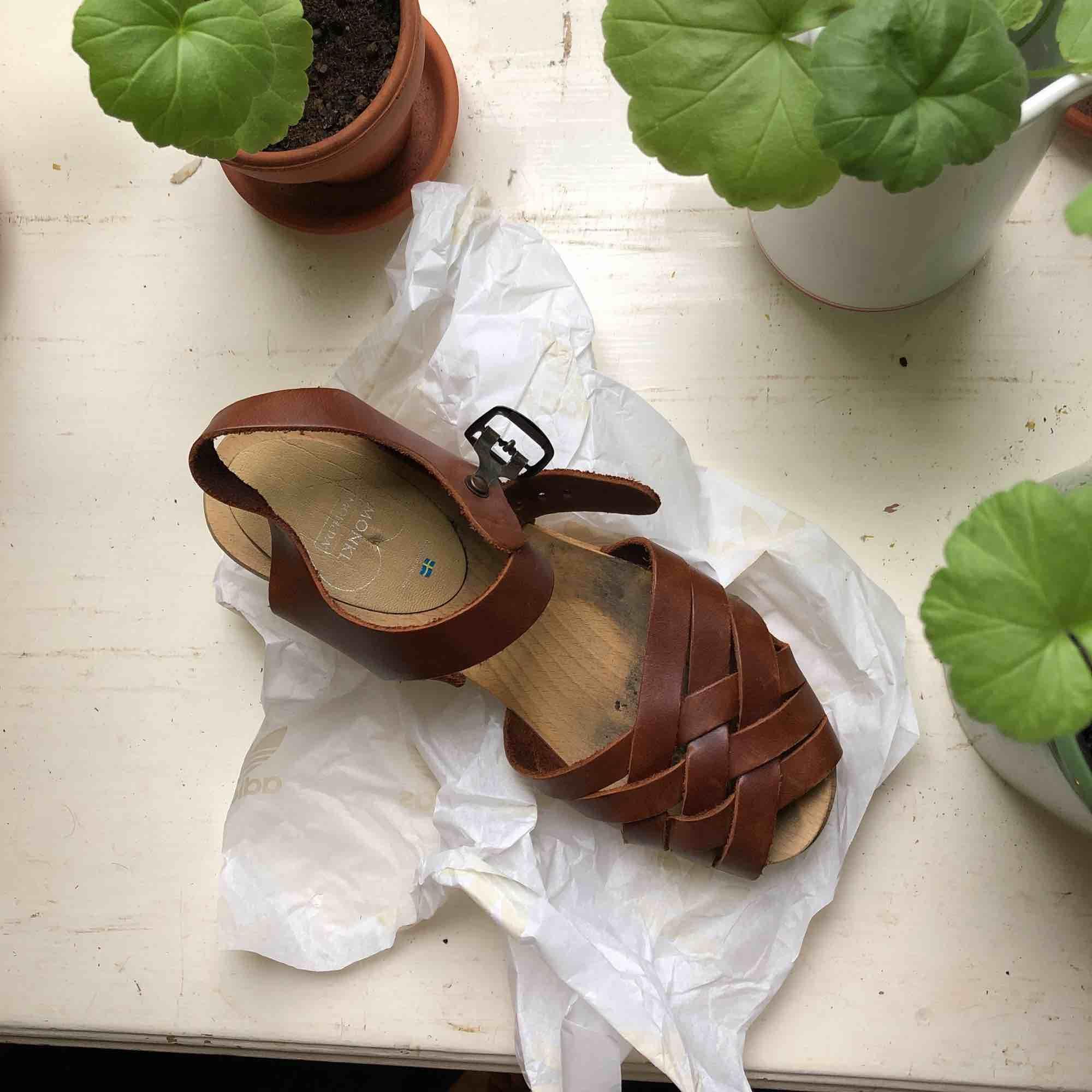 Jättefina träskor i äkta läder, gjorda i Sverige. Är så somriga! Nyköpta 500:- Använda två gånger Smörjer dem innan de skickas!✨ (Frakt ingår i priset). Skor.