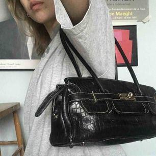 asball handväska i ormskinnsmönster:)) köpt second hand, men i okej skick. kan mötas upp på söder annars tillkommer frakt<33