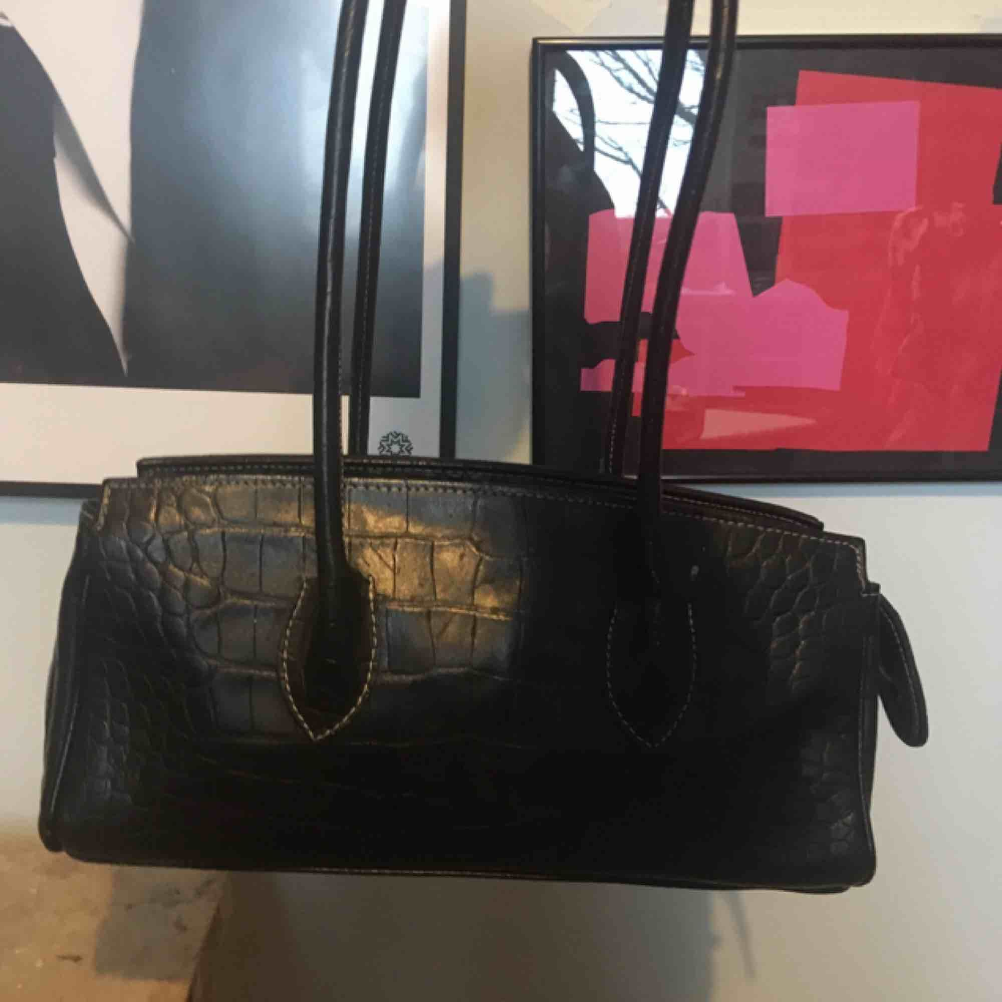 asball handväska i ormskinnsmönster:)) köpt second hand, men i okej skick. kan mötas upp på söder annars tillkommer frakt<33. Väskor.